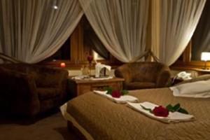 Hotel Dwór Karolówka Zakopane - romantyczny weekend we dwoje, nastrojowa aranżacja pokoju.